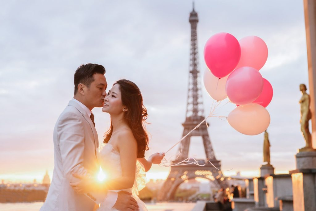 Eiffel Tower wedding photos with balloons as props